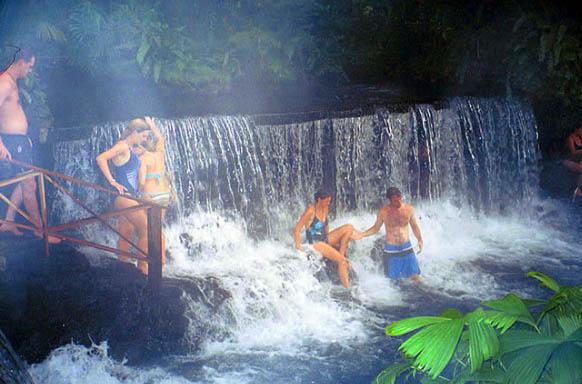 Vuelos Costa Rica: Disfruta de las relajantes aguas termales en la Fortuna San Carlos